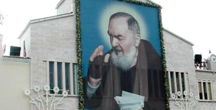 La gigantografia del Padre nella piazza principale