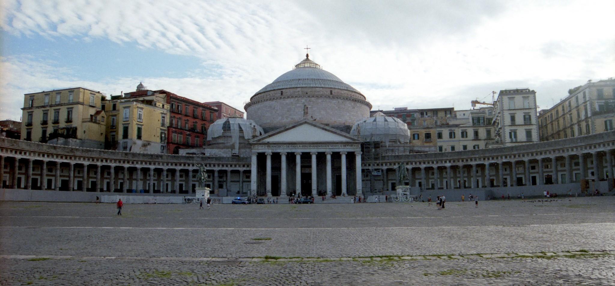 Turismo religioso in Campania Piazza del Plebiscito a Napoli